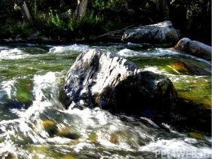 Большие валуны, которые не под силу десяткам людей, вода легко катит по дну русл