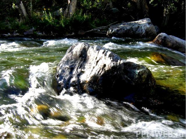 Большие валуны, которые не под силу десяткам людей, вода легко катит по дну русла.