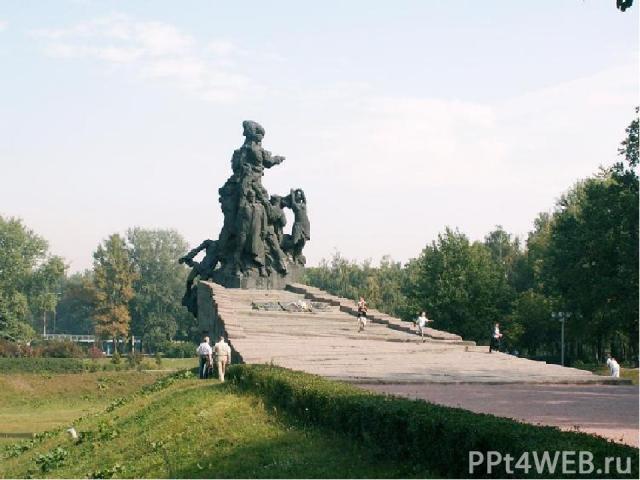 2 июля 1976 года, к 35-й годовщине трагедии, в верховьях Бабьего яра был открыт памятник работы Анатолия Игнащенко с надписью «Советским гражданам и военнопленным солдатам и офицерам Советской Армии, расстрелянным немецкими фашистами в Бабьем яру».