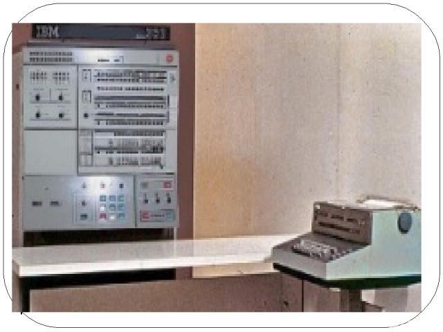 Немного позднее стали выпускаться машины серии IBM-370. В Советском Союзе в 70-х годах начался выпуск машин серии ЕС ЭВМ (Единая Система ЭВМ) по образцу IBM-360/370. Переход к третьему поколению связан с существенными изменениями архитектуры ЭВМ. По…